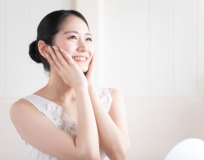 顔に塗る女性